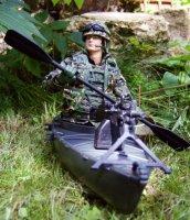 Kajakfahrer mit Sturmboot und Waffen 1:8